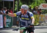 Ciclista saludando